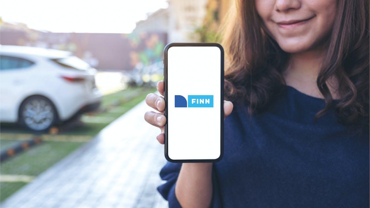 Dame med FINN mobil