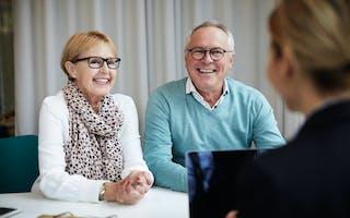 Eldre par i møte med megler