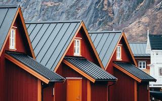 Røde hus med fjell bak