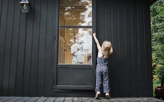 Små barn i inngangen til hus