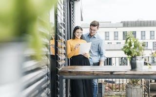 Ungt par på takterrasse