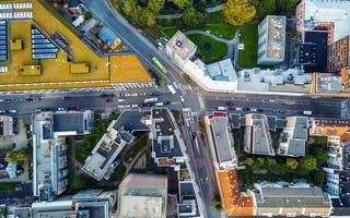 Veier og bygninger sett ovenfra