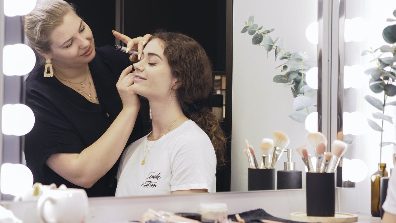 Ung kvinne får skjønnehetsbehandling på salong