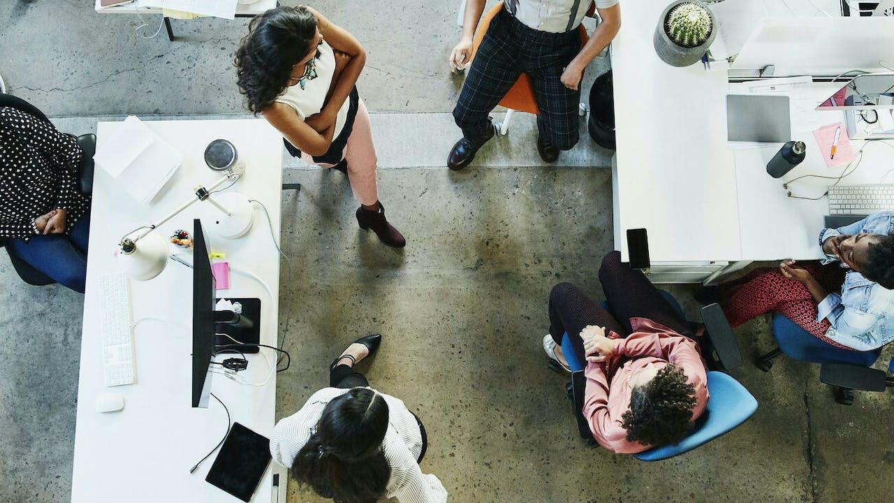 Kollegaer på kontor sett ovenfra