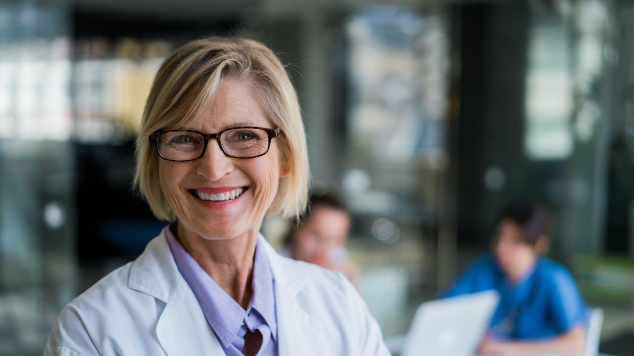 Kvinnelig lege smiler mot kamera