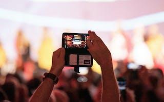 Person tar bilde av scene med mobil
