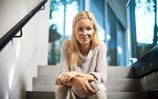 Ung kvinne sitter i trapp