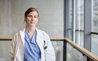 Ung kvinnelig sykepleier