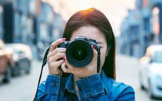 Kvinne fotograferer