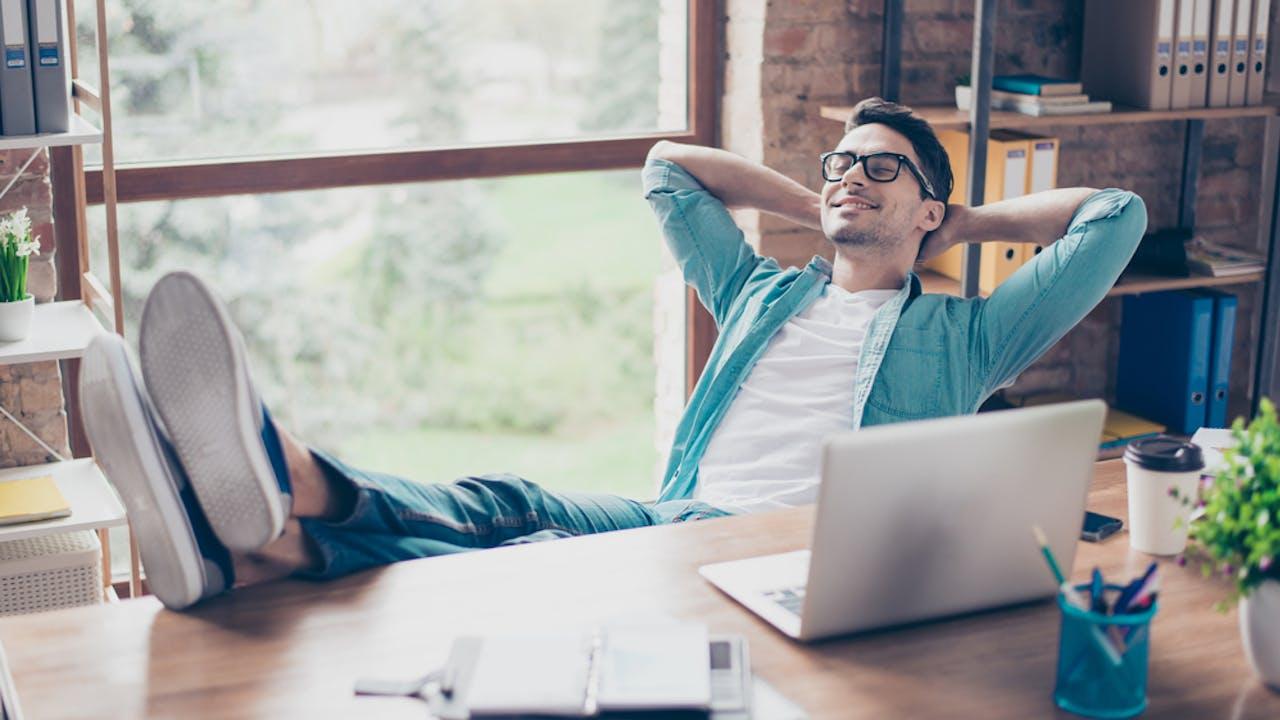 Mann slapper av foran PC