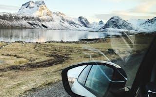 Bil i landskap med fjell