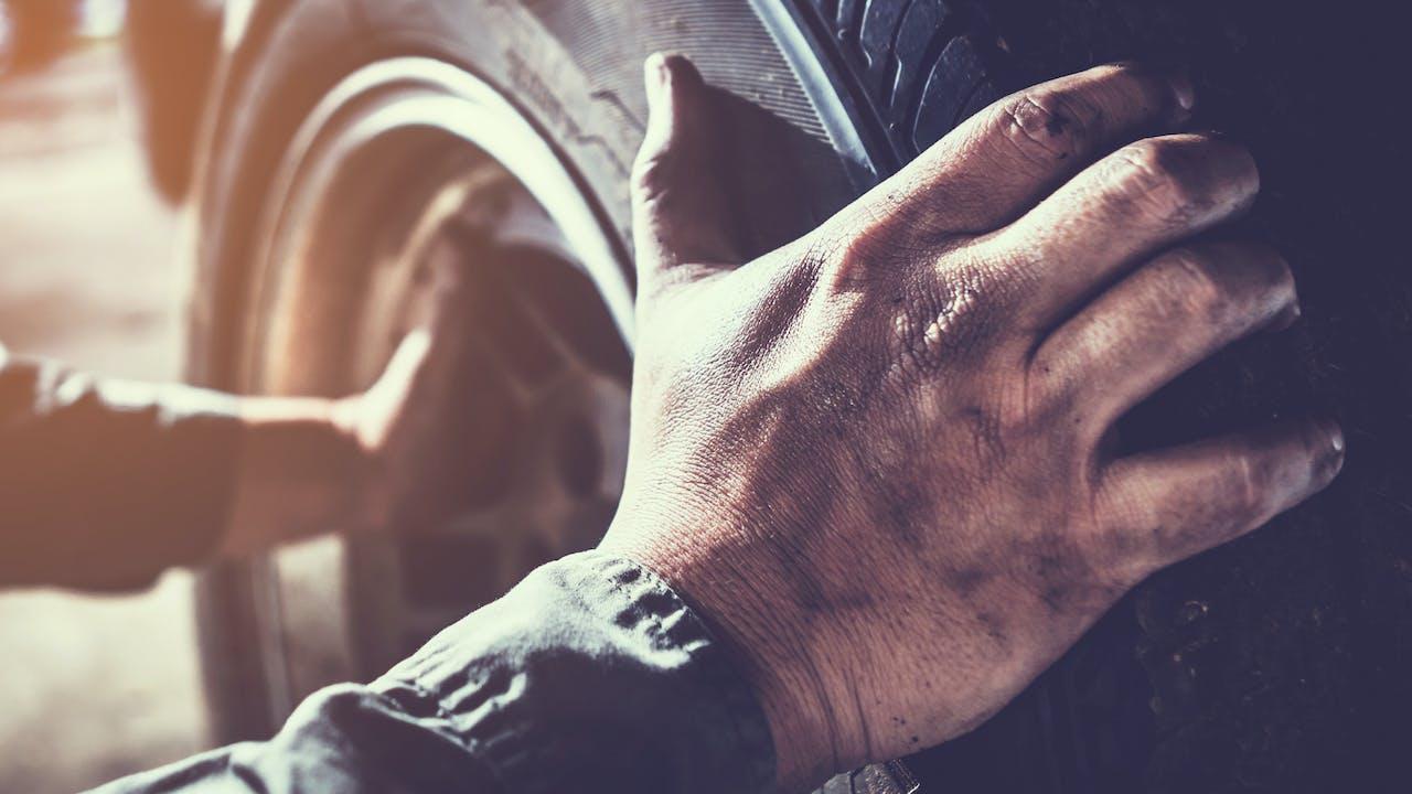 Bildekk med hender