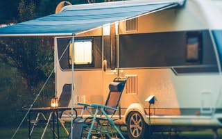 Campingvogn med utemøbler