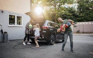 Familie pakker bil for ferie