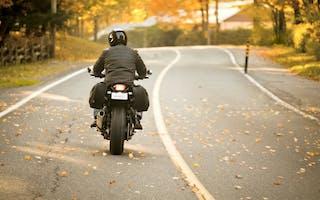 Motorsykkel kjører på vei