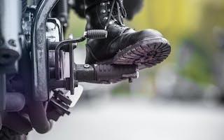 Motorsykkel sko på fotstøtte