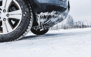 Nærbilde bil med istapper på snø