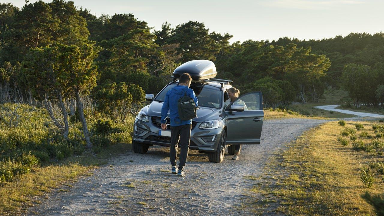 Par på tur med bil og skiboks