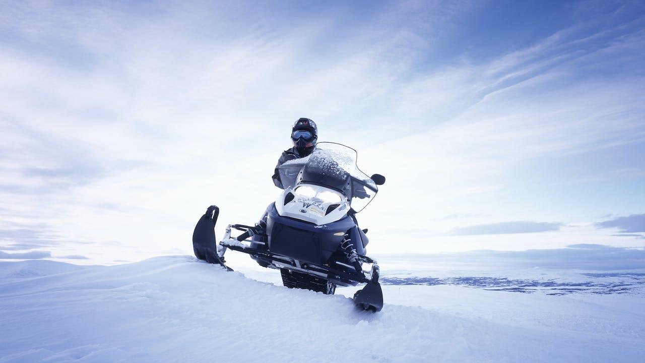 Person kjører snøscooter