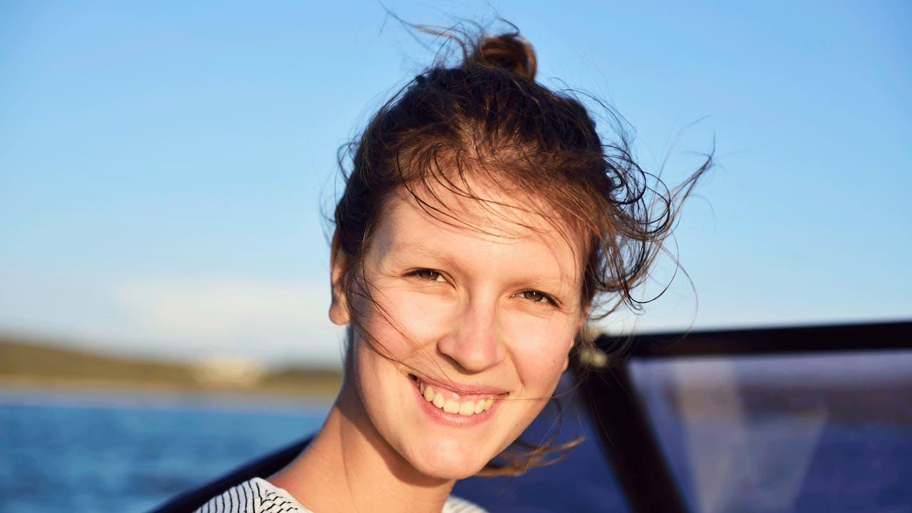 Smilende ung dame på båt