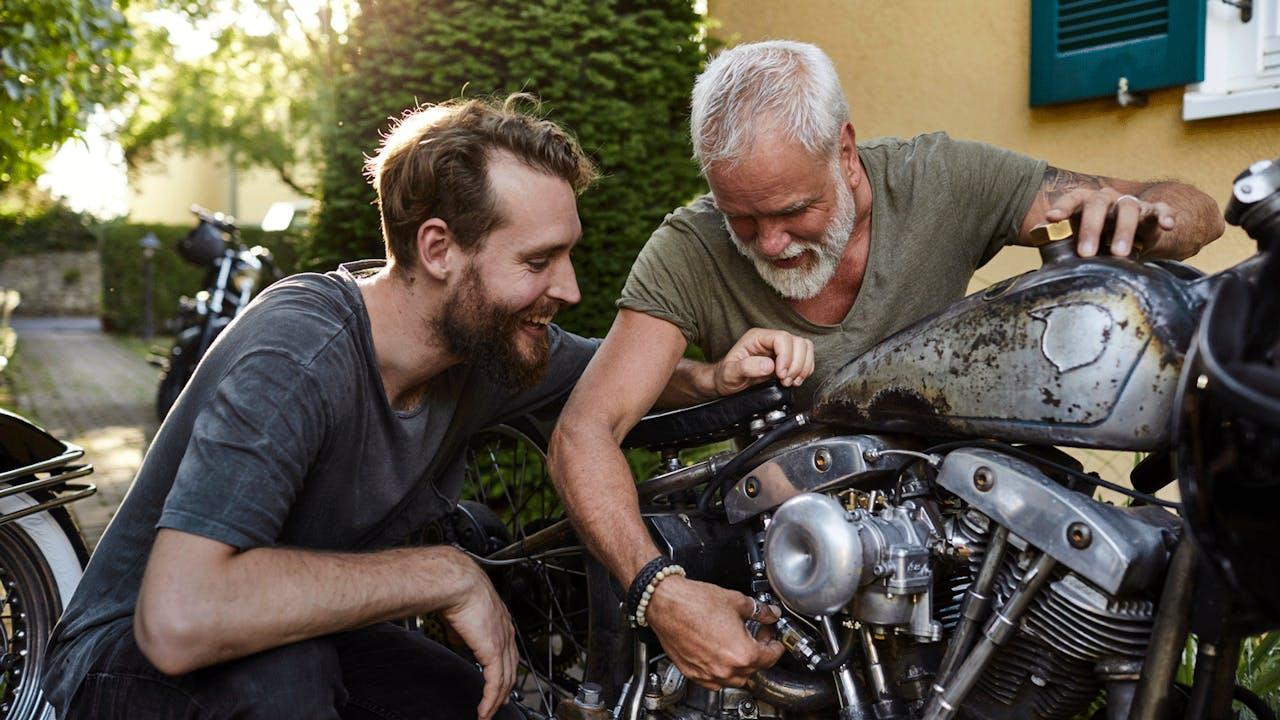 To menn mekker på motorsykkel