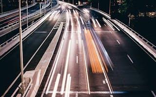 Nattbilde av vei med trafikk