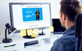 Mann ser på dataskjerm BFFT