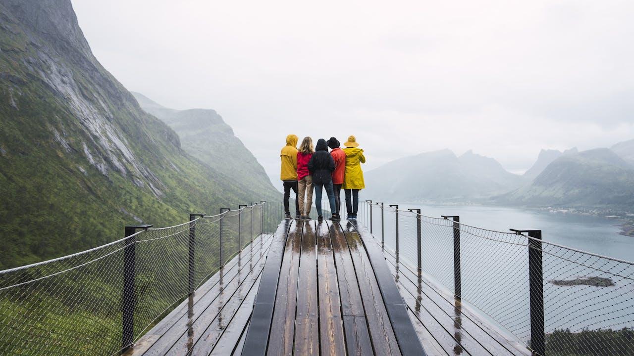 Fire personer på utsiktspunkt