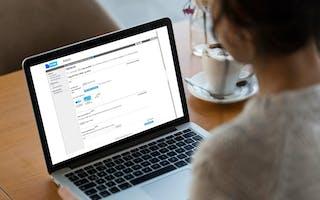 Kvinne ser på dataskjerm med FINN admin