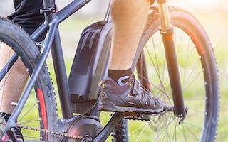 Nærbilde av ben som sykler Elsykkel