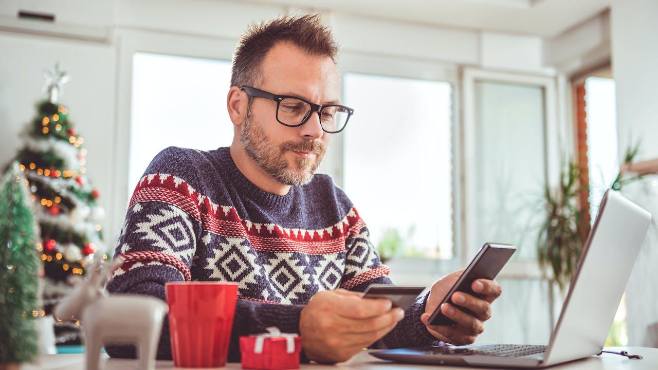 Mann handler julegaver på nett