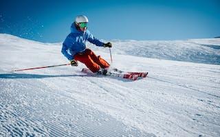 Mann står på ski