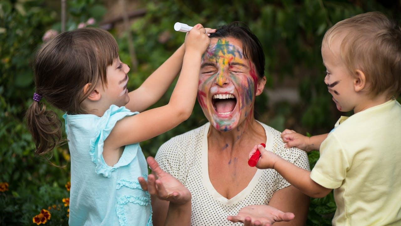 To barn maler mor i ansiktet