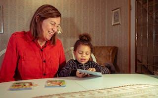 I år får Amara (4) kun brukte gaver under juletreet