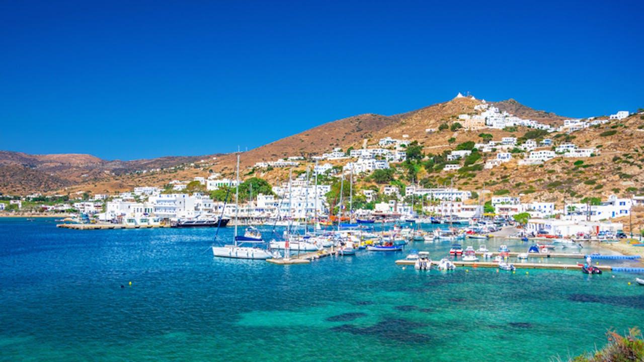 Soloppgang over havna i Chora på Ios i Hellas