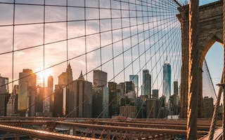 brooklyn bridge med skyskrapere i bakgrunnen