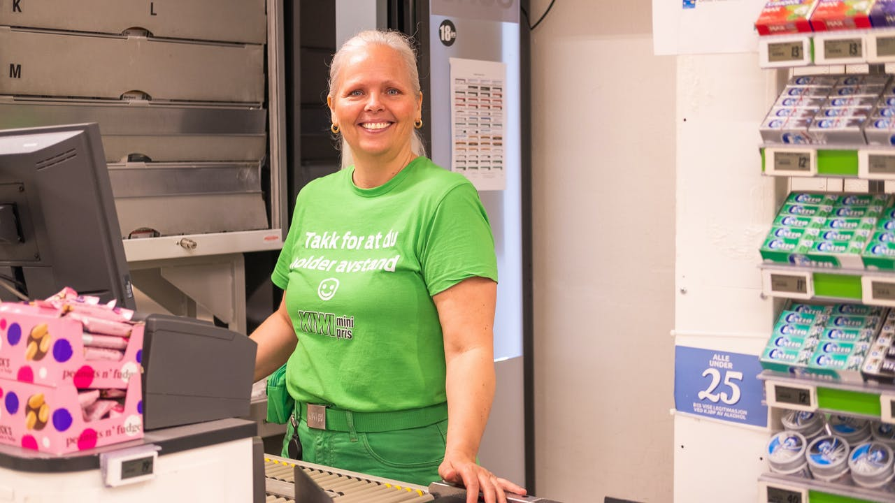 Massasjeterapeut Nina (53) fikk seg jobb på Kiwi da klinikken hennes måtte stenge