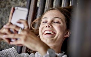 Ung kvinne som ler