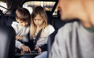 Pass på barnas nettbrett i bilen