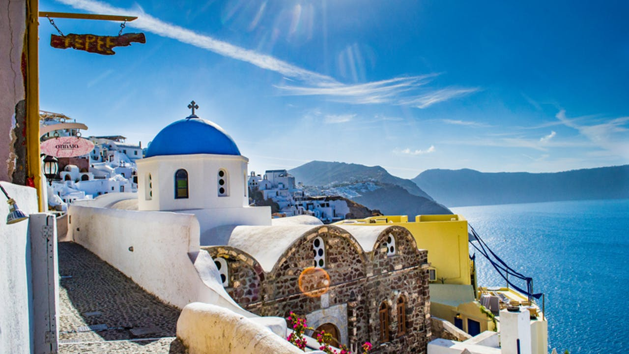 Kirke i Oia by på Santorini i Hellas