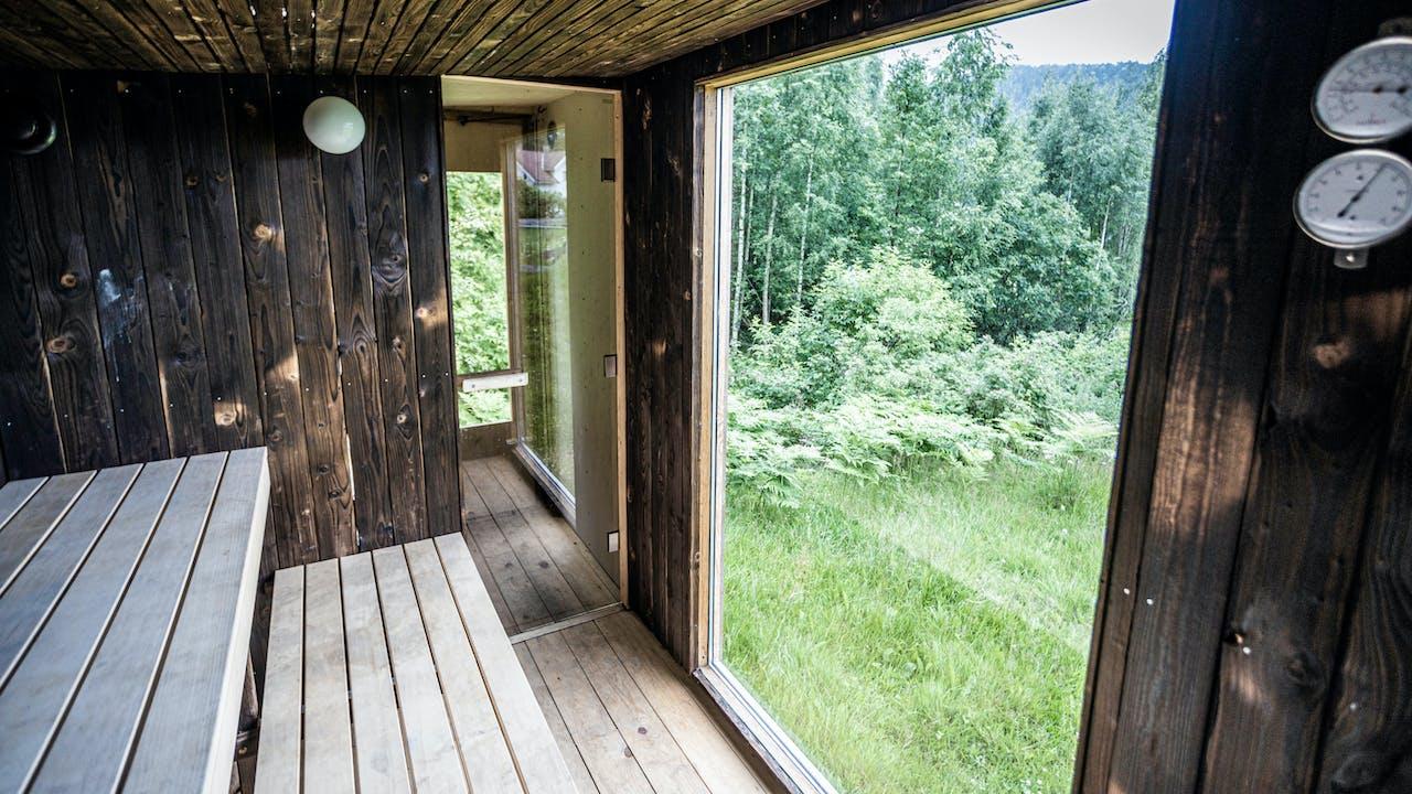 Bygget sin egen badstue av brukte materialer fra FINN torget