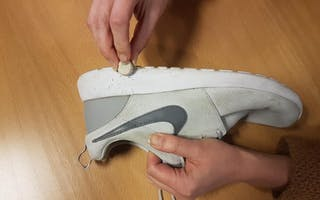 Slik får du hvite sneakers hvite igjen