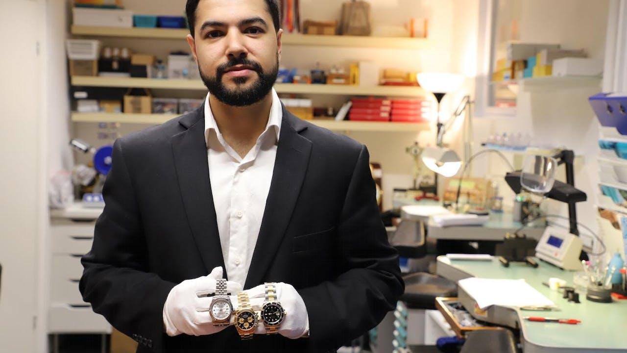 ADVARER KLOKKE-KJØPERE: - Å handle klokker brukt kan bli en kostbar affære, hvis du ikke er forsiktig og sjekker nøye på forhånd at den er ekte, sier urmaker Arman Adel i Oslo Ur-Service. Foto: Svein Dybdahl.