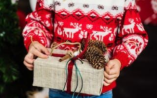 Julegave i barnehender