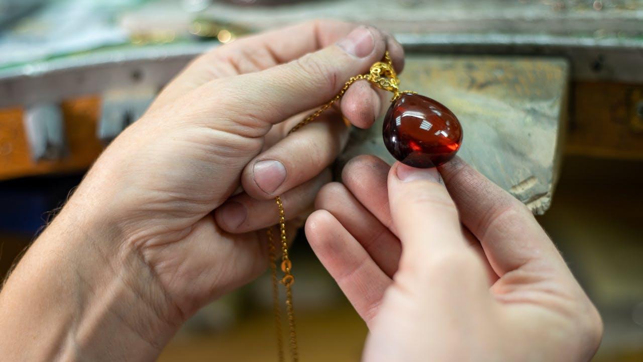 Gull, sølv og diamanter: Dette bør du vite om brukte smykker før du kjøper