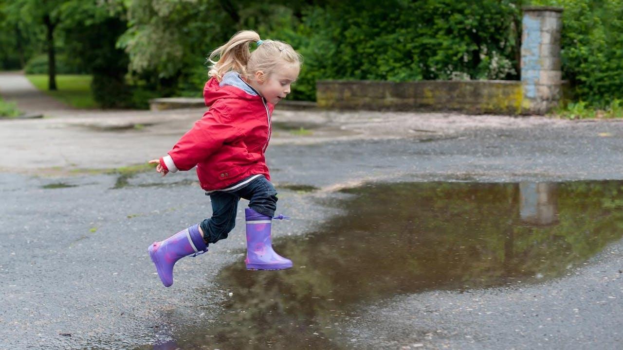 Barn leker i vanndam. Dette må du sjekke før du sender barnet ditt i barnehagen