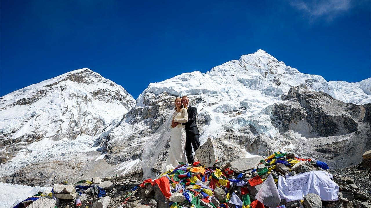 Tora (26) og Jørn-André (27) giftet seg på Mount Everest Base Camp - i brukt kjole og utstyr fra FINN!